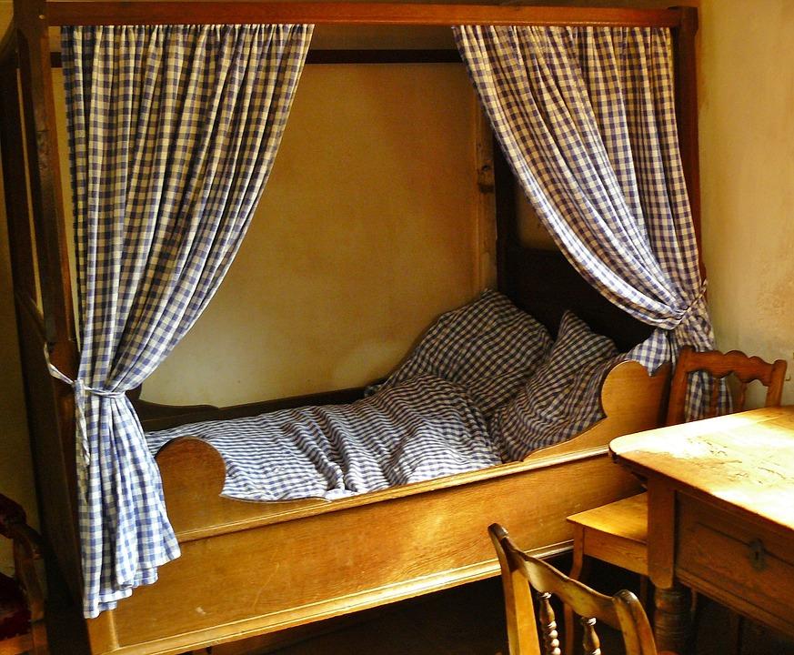 Кровать с балдахином в комнате